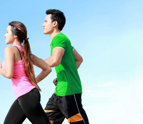 photodune-6302109-young-couple-running-together-s