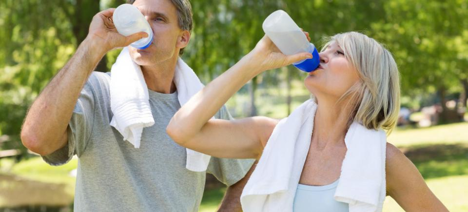 photodune-8571723-fit-couple-drinking-water-from-bottles-after-workout-in-the-park-s
